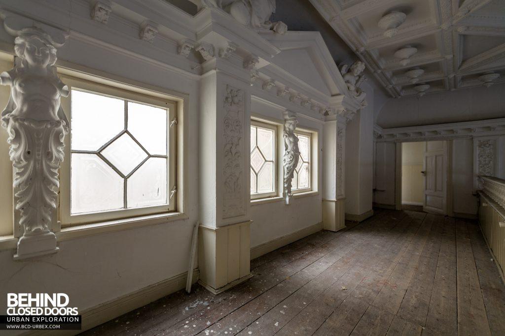 Haus Der Anatomie - Nice plasterwork on the the physio room balcony