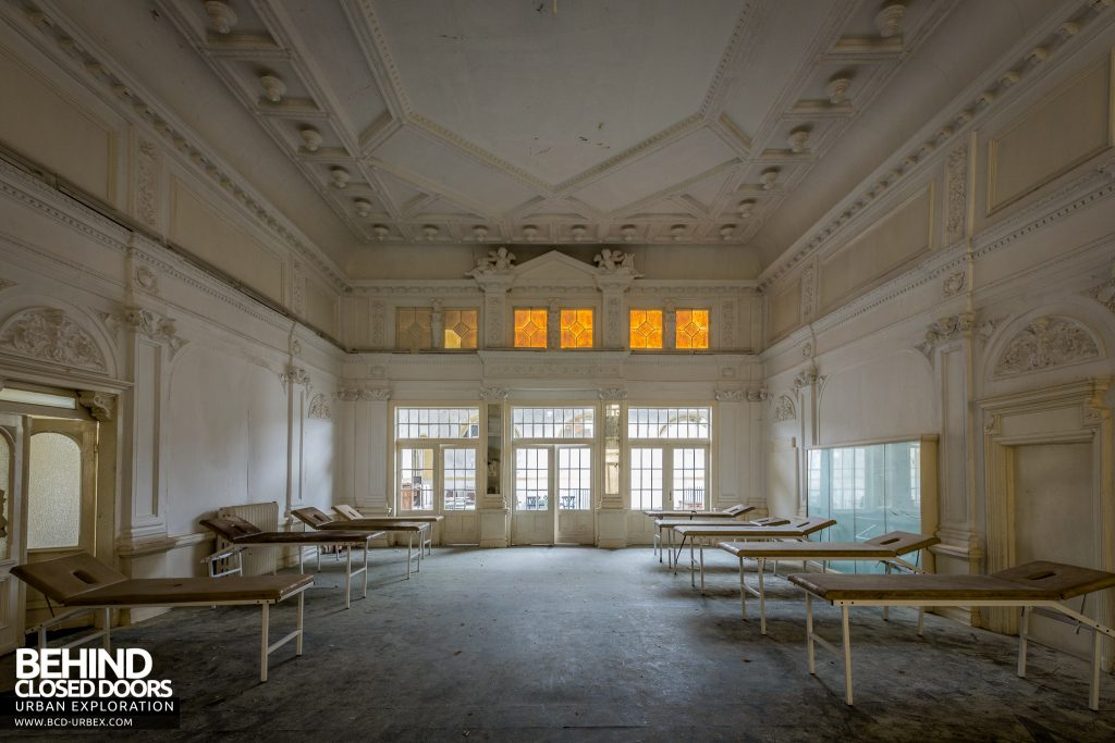 Haus Der Anatomie - Ornate room with physiotherapy beds