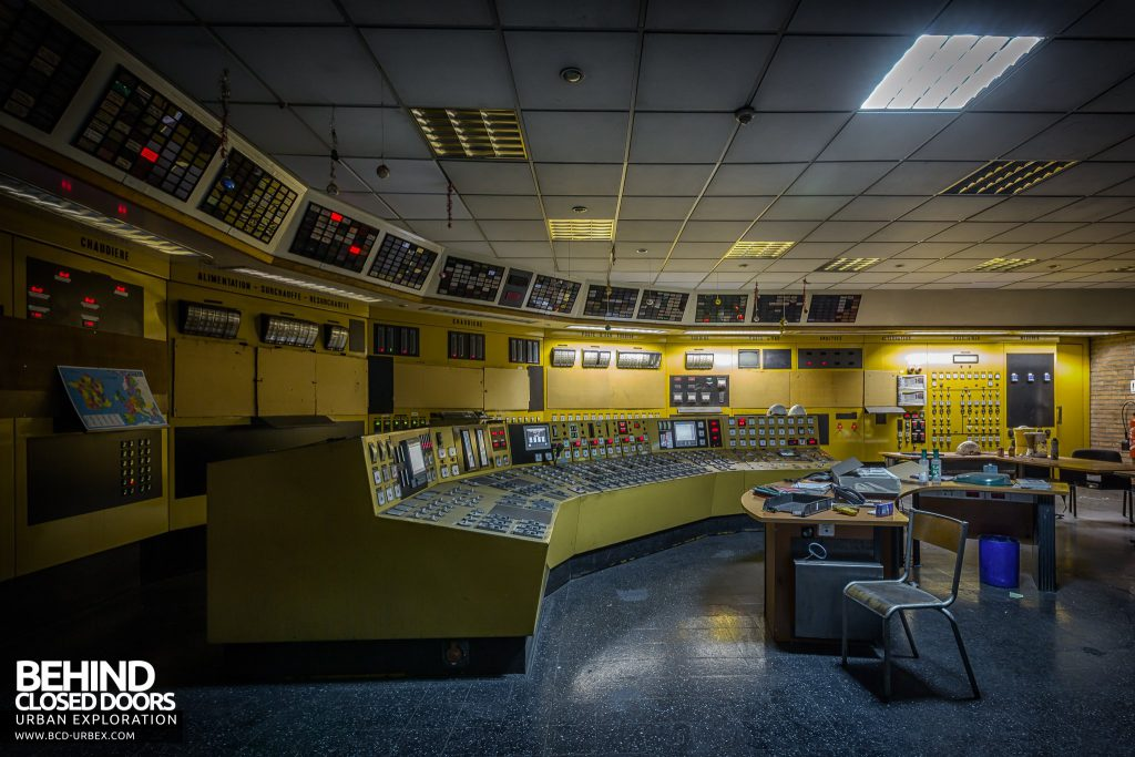 Centrale de Schneider - 1970s control room with yellow panels