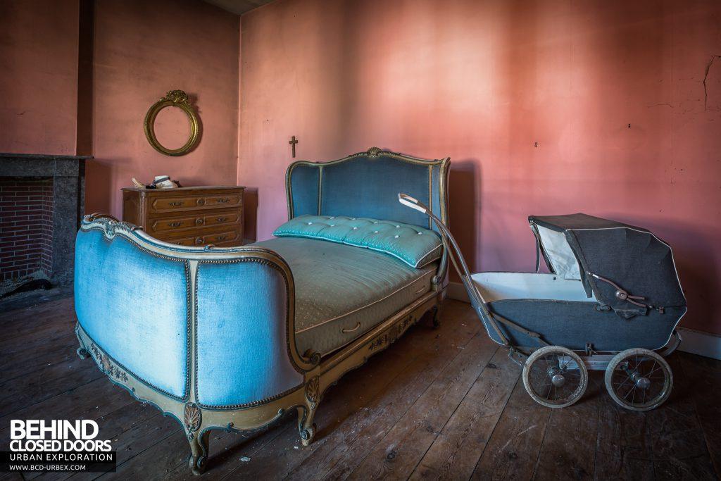 Manoir DP, Belgium - Pram and bed in bedroom