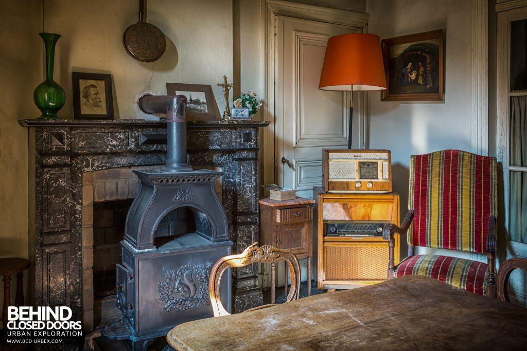 Manoir DP, Belgium - Old radio and fireplace
