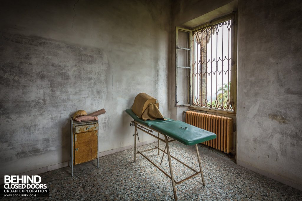 Villa Sbertolli, Italy - Treatment room with bed and head box