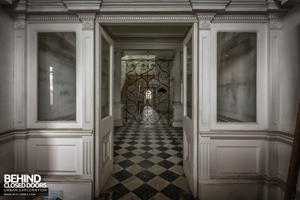 Doughty House, Richmond - Doors from entrance hall
