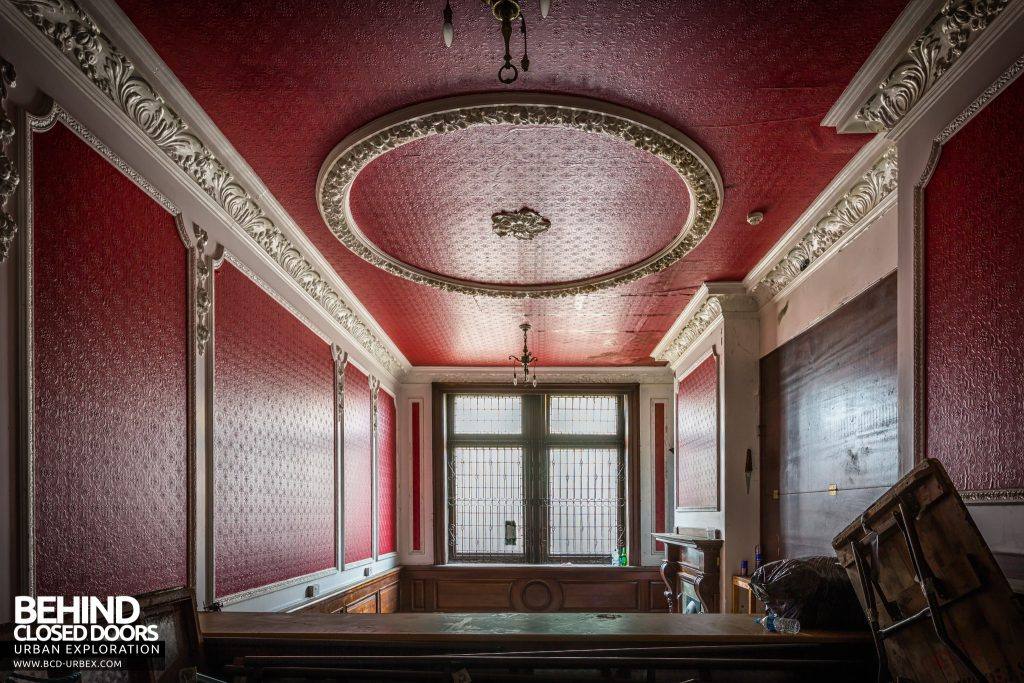 Coal Exchange, Cardiff - Grand room with red décor