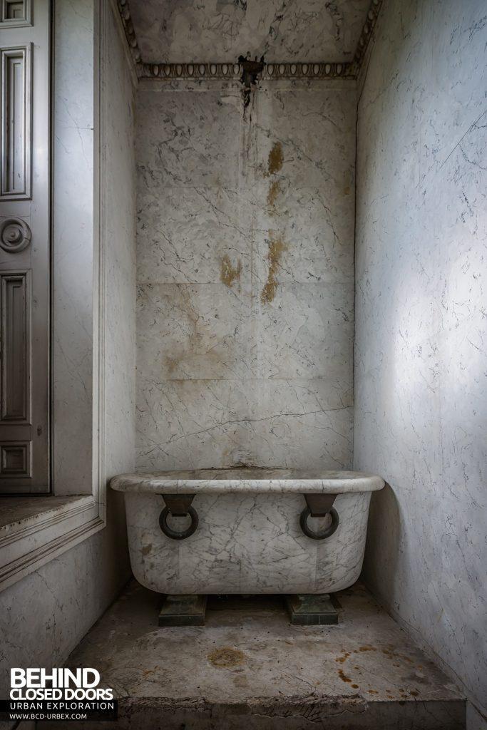 Tottenham House - Bath in small room
