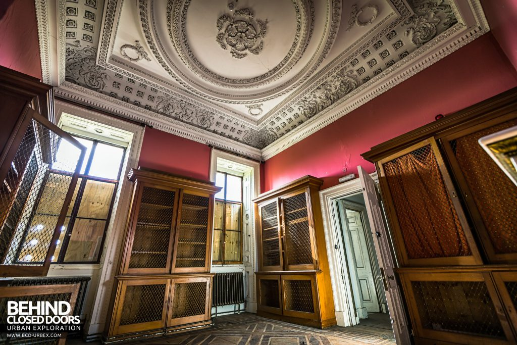 Tottenham House, Severnake - Book cases and nice ceiling
