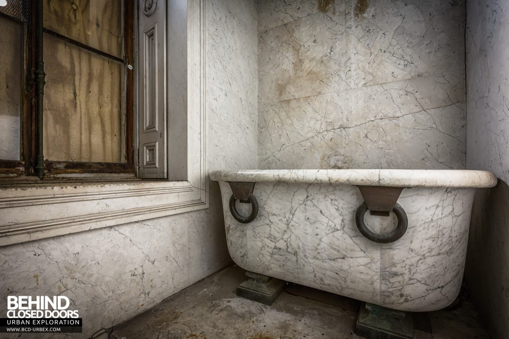 Tottenham House - This marble bath was actually pretty big