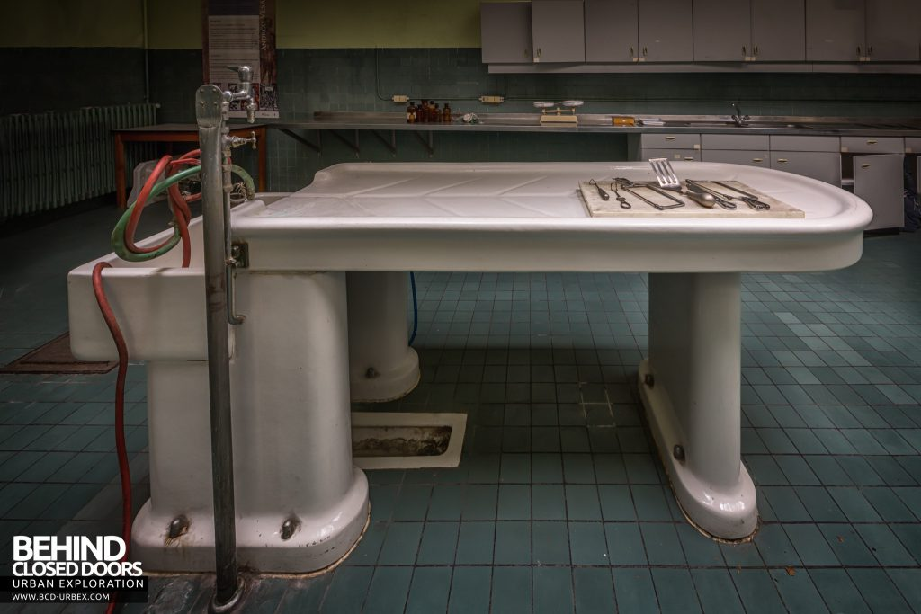 Twin Morgue, Belgium - Side view of the porcelain slab