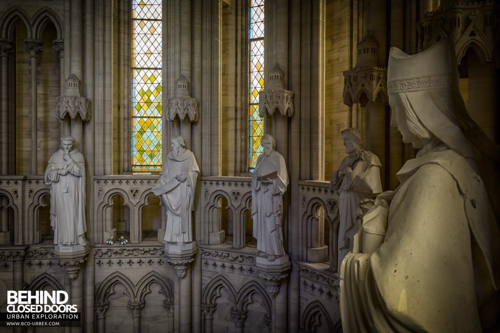 Chapelle des Pelotes, France - Circle of statues