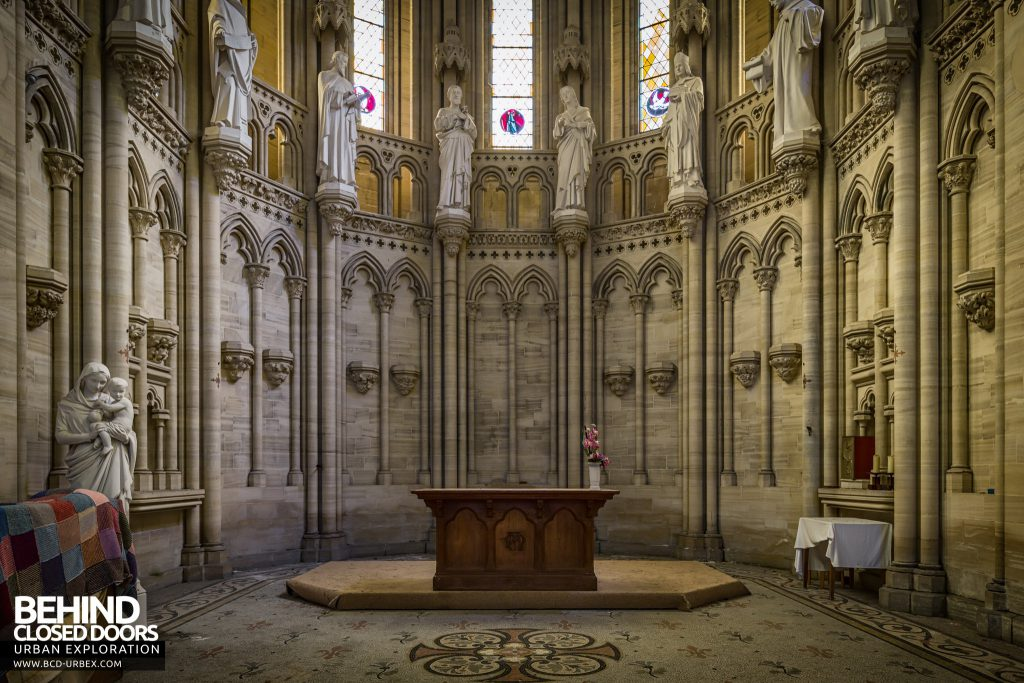 Chapelle des Pelotes, France - The altar with statues above