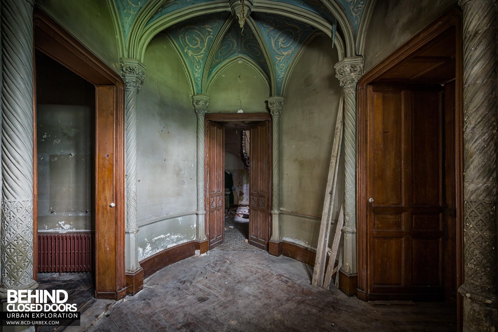 Château des Chimères France \u2013 Doors and arched ceiling in hallway & Château des Chimères France » Urbex | Behind Closed Doors Urban ...