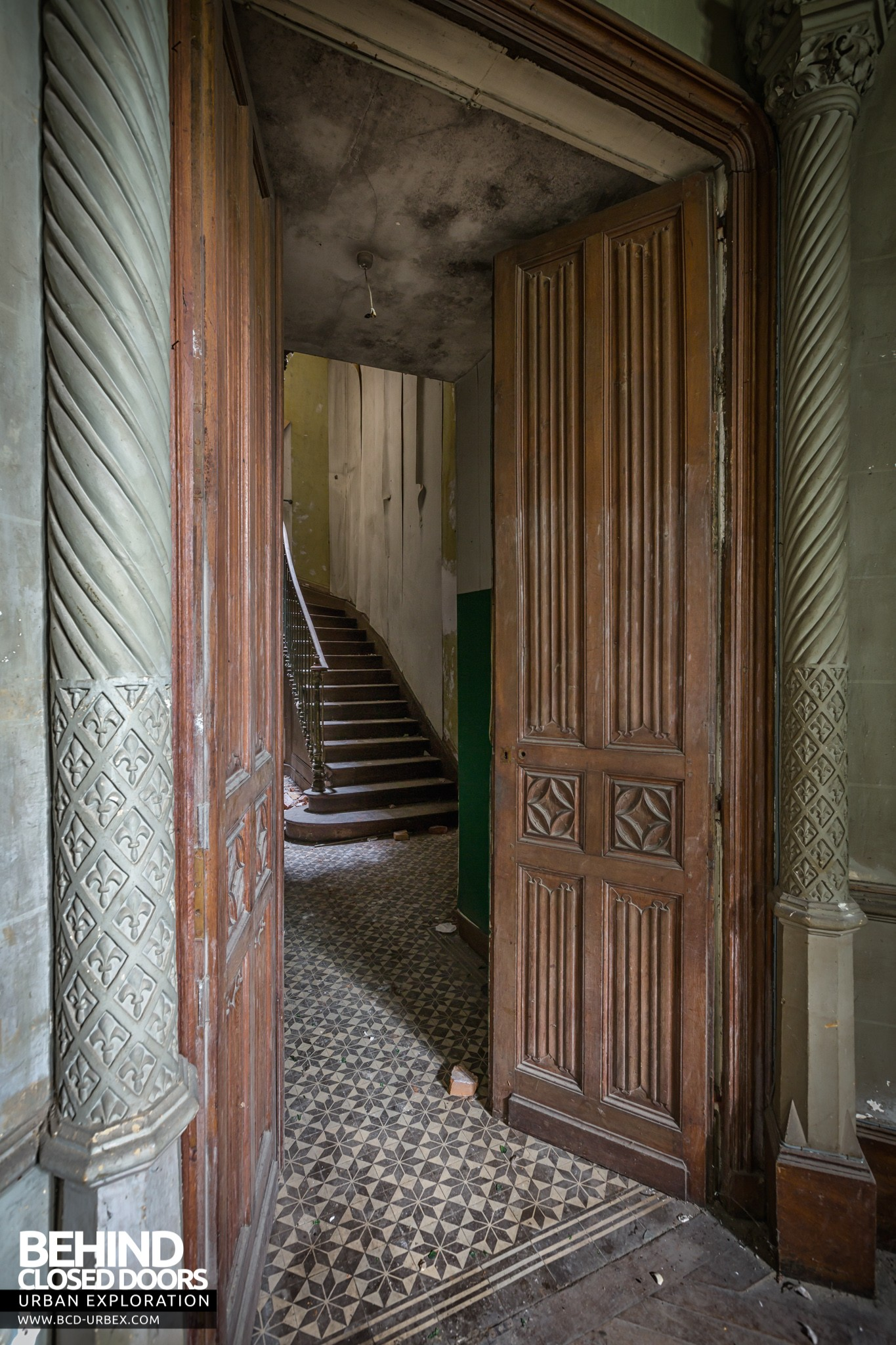 Château des Chimères u2013 Staircase through doors & Château des Chimères France » Urbex | Behind Closed Doors Urban ... pezcame.com