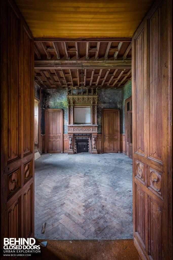 Château des Chimères - Fireplace through doors