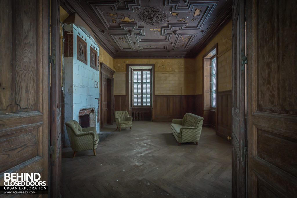 Château Poseidon - Through the doors of a grand room