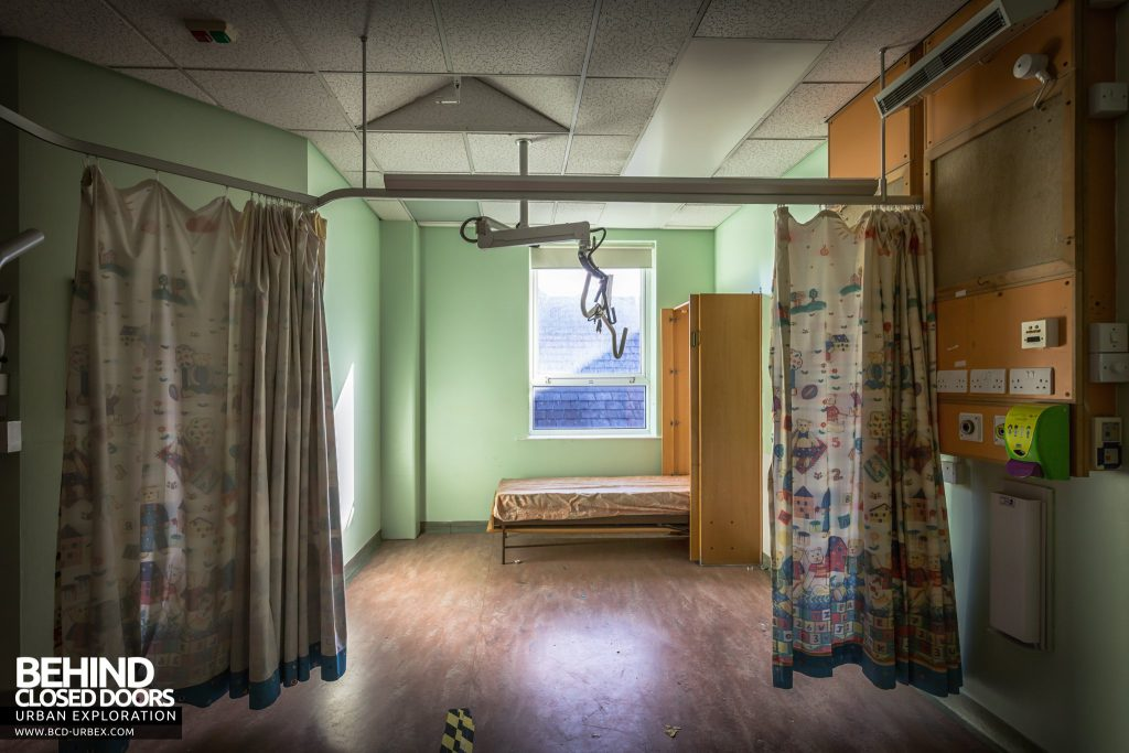 Alder Hey Children's Hospital - Curtains and bed in a ward room
