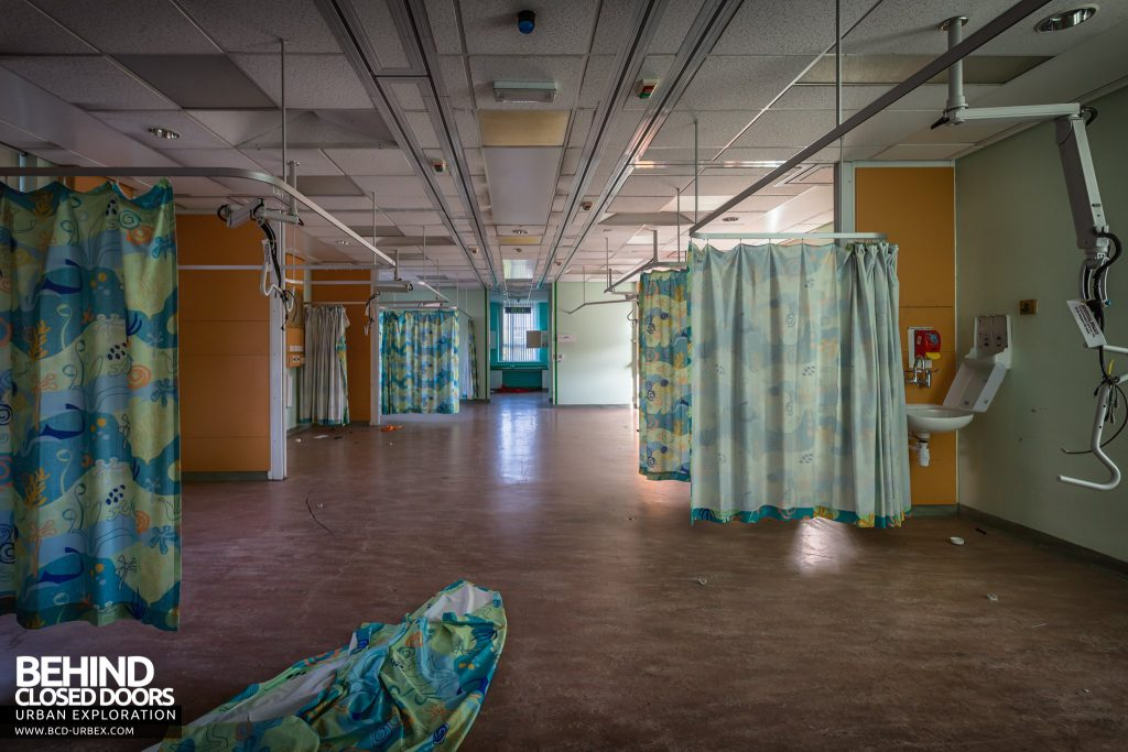 Alder Hey Children's Hospital - Curtains hanging in an open ward