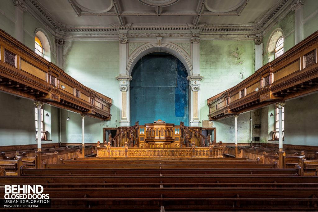 Capel Salem, Pwllheli - Seating and the pulpit