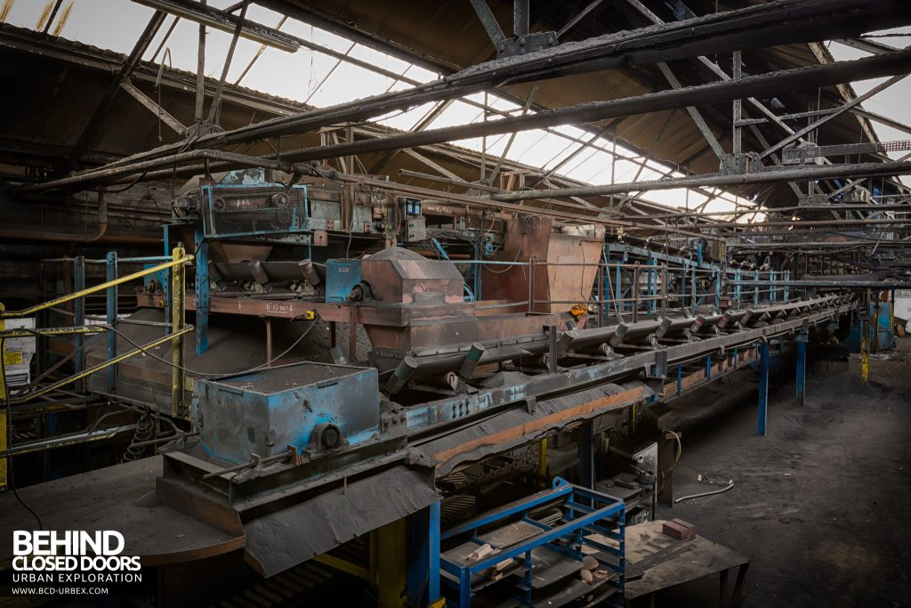 Chamberlin & Hill Castings, Leicester - Continuous Tumblast cleaning machine