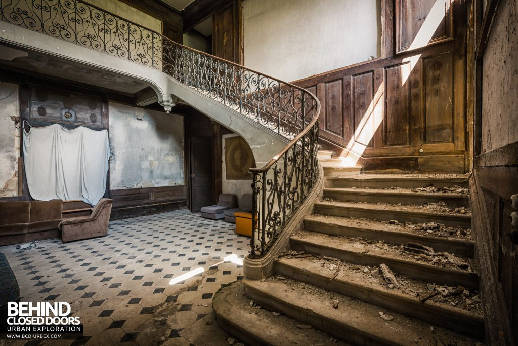 Château Stromae / Castle 65, France - Staircase in the entrance hall