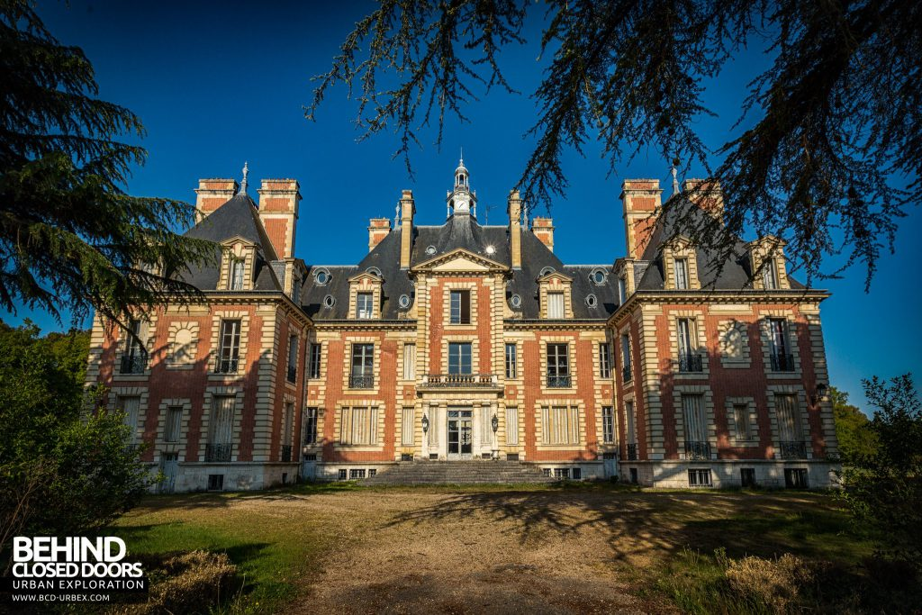 Château Sarco, France - Front of the house viewed from driveway