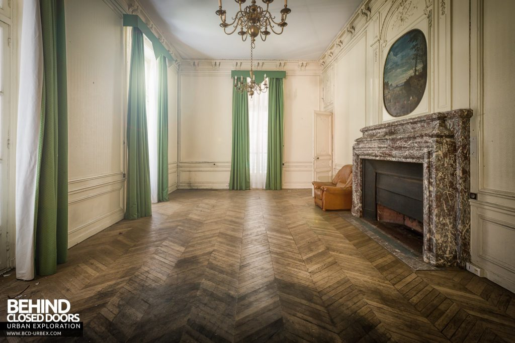Château Sarco, France - Room with a nice large fireplace