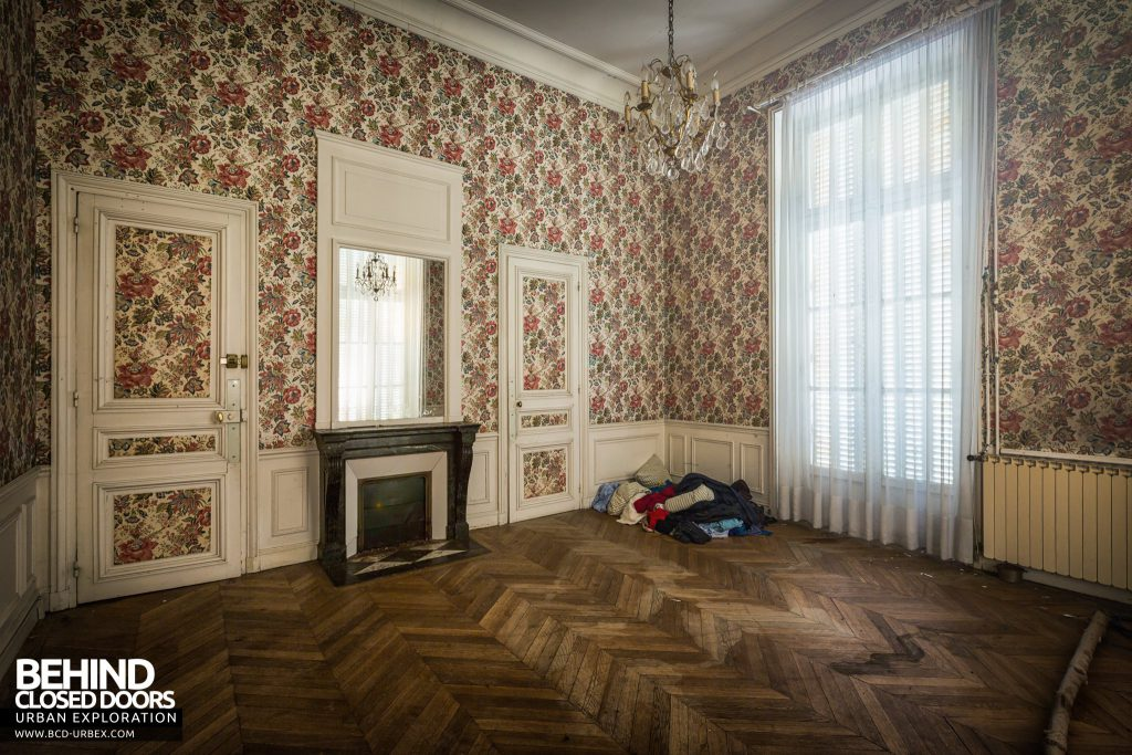 Château Sarco, France - Bedroom with patterned wallpaper