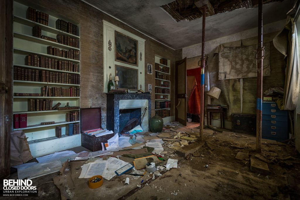 Abandoned French Chateau - Decaying room