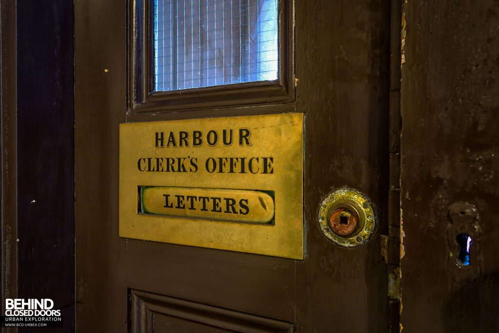 Harbour Chambers, Dundee - And some nice old brass signs