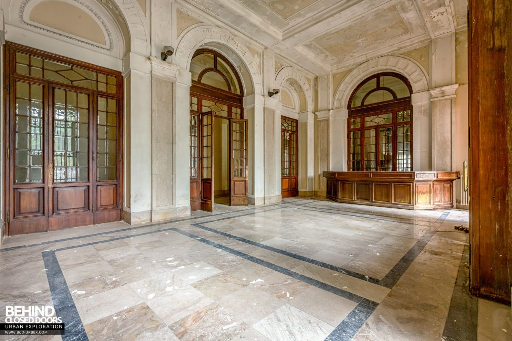 Terme Tommasini - Large grand doors leading into the hotel