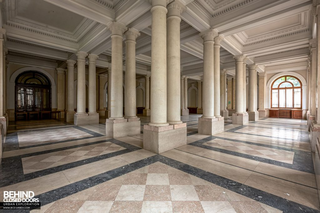 Terme Tommasini - The hall features huge double columns