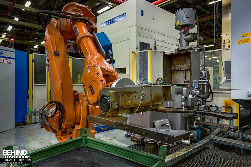 Caterpillar, Gosselies - ABB robot with forked attachment