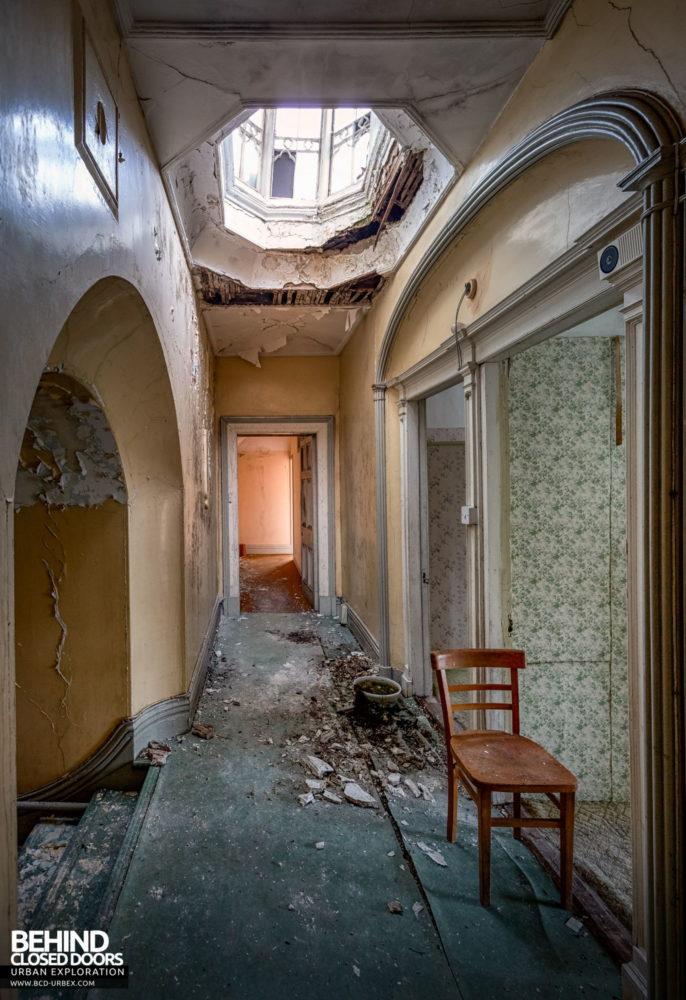 Cahercon House, Ireland - Hallway with collapsing lantern