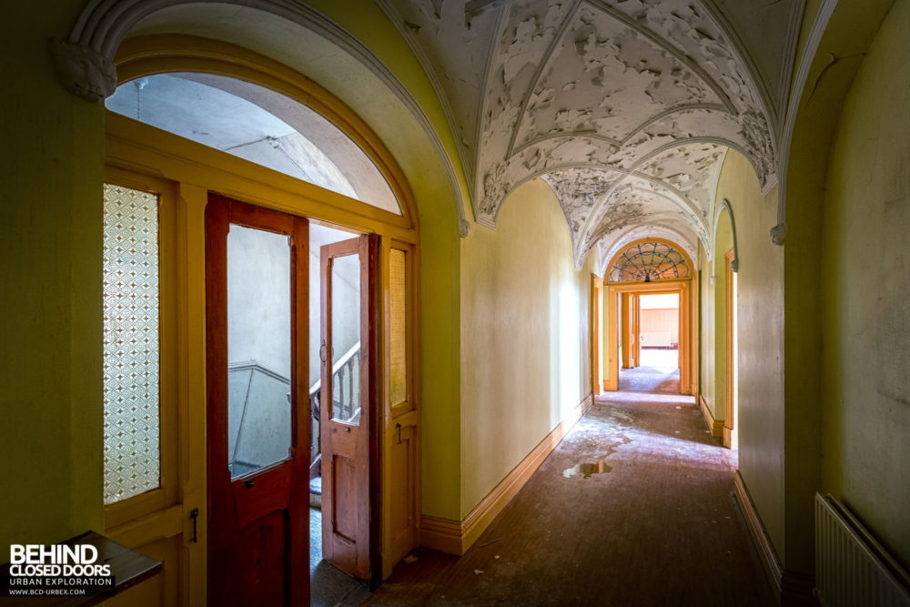 Cahercon House, Ireland - Hallway with nice peely ceiling