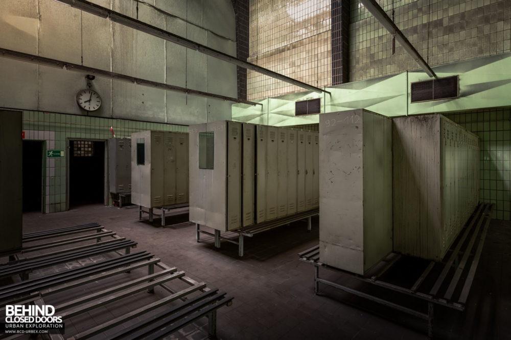 Zeche HR - A small locker area to one side